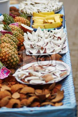 Auswahl von frischen Kokosnuss-Snacks auf einem traditionellen marokkanischen Markt
