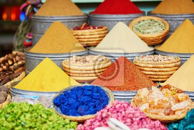 Auswahl von Gewürzen auf einem traditionellen marokkanischen Markt in Marrakesch, Marokko