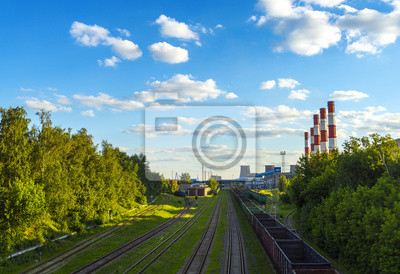 Bahngleise in der Nähe von Kreuzungen Kraftwerk Schornsteine