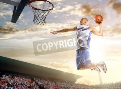 Poster Basketball-Spieler in Aktion auf Hintergrund des Himmels und Publikum