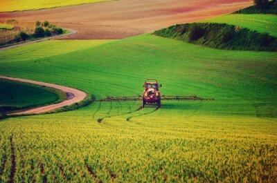 Poster Bauernhof spritzen Insektizid auf die grüne Wiese, landwirtschaftliche natürliche saisonale Frühjahr Hintergrund, Vintag Retro-Hipster-Stil