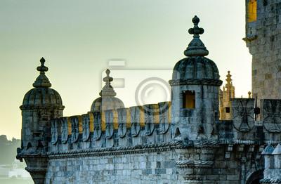 Belem-Turm in Lissabon, durch die untergehende Sonne beleuchtet Back-
