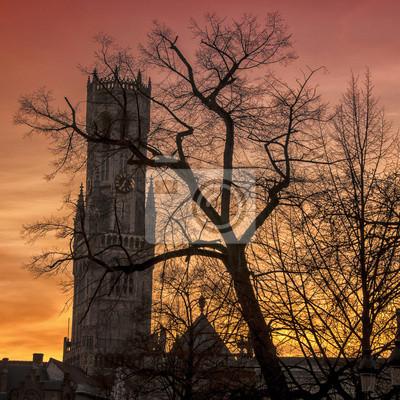 Belfry Silhouette im Sonnenuntergang mit Bäumen in Brügge, Belgien