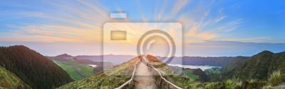 Poster Berglandschaft mit Wanderweg und Blick auf schöne Seen, Ponta Delgada, Insel Sao Miguel, Azoren, Portugal
