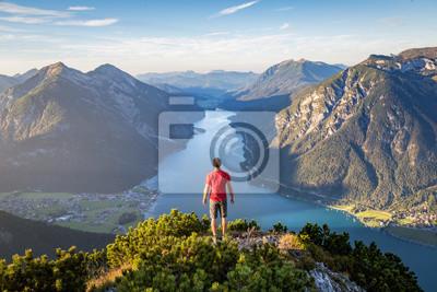 Poster Bergsteiger genießen den Blick über den Achensee im Sommer, Österreich Tirol