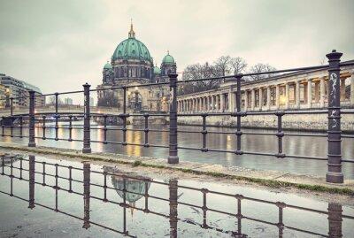 Poster Berliner Dom und Museumsinsel spiegeln sich in Pfütze, Berlin, Deutschland, Europa, Jahrgang gefilterten Stil
