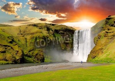 Poster berühmten Wasserfall Skogafoss in Island bei Sonnenuntergang