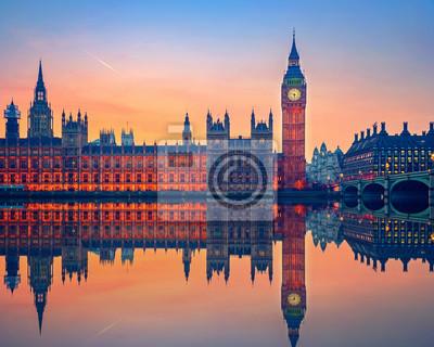Big Ben und Häuser des Parlaments in der Dämmerung in London