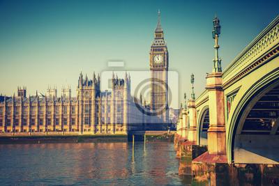 Big Ben und Westminster-Brücke in London am Herbst