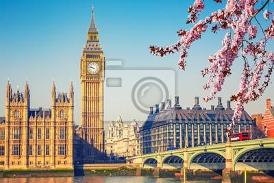 Big Ben und Westminster Brücke in London im Frühjahr