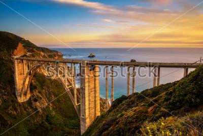 Poster Bixby Bridge (Rocky Creek Bridge) und Pacific Coast Highway bei Sonnenuntergang in der Nähe von Big Sur in Kalifornien, USA. Langzeitbelichtung.