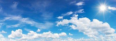 Poster blauer Himmel mit Wolken und Sonne Reflexion.Die Sonne scheint hell in der Tageszeit im Sommer