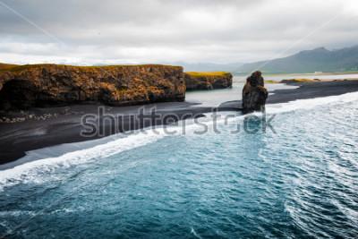 Poster Blick auf den Strand von Kirkjufjara und die Klippe Arnardrangur. Standort Myrdal-Tal, Atlantik nahe Vik-Dorf, Island, Europa. Szenisches Bild der erstaunlichen Naturlandschaft. Entdecken Sie die Schö