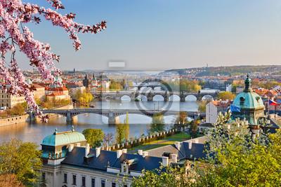 Blick auf Moldau und Prag bei Sonnenuntergang