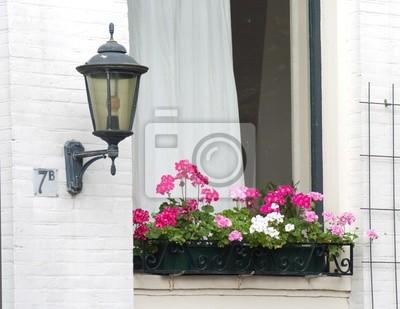 Blumenkasten mit Laterne