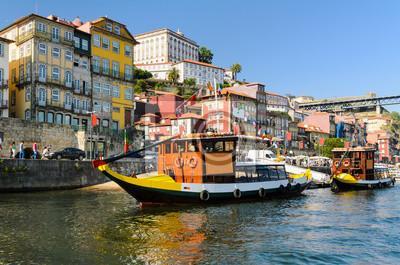 Boote auf dem Fluss Douro in Porto, Portugal