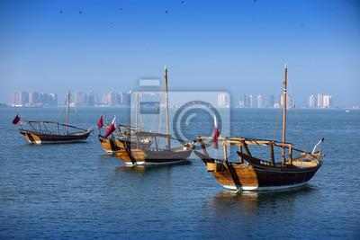 Boote auf einem Hintergrund von einer modernen Stadt in Doha