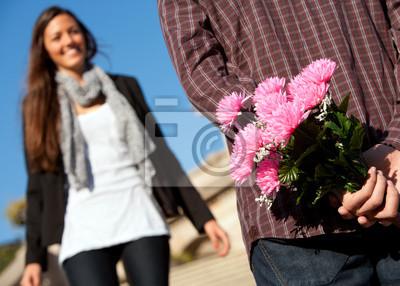 Boy überrascht Freundin mit Blumen