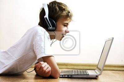 Boy Zeit mit Notebook und moderne Technologie