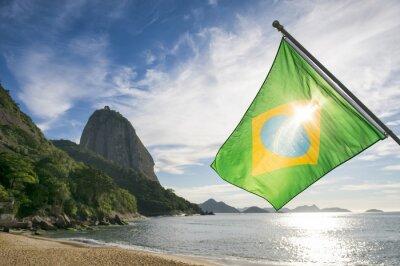 Poster Brasilianische Flagge am Praia Vermelha Red Beach mit einem Sonnenaufgang Blick auf den Zuckerhut Pao de Acucar in Rio de Janeiro Brasilien