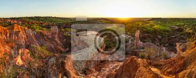 Poster Breites Panorama der hohen Auflösung von Marafa-Krise (Küche-Sandsteinschlucht der Hölle) im Nachmittagssonnenunterganglicht. Malindi, Kenia.