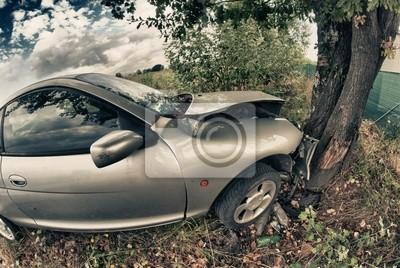 Broken Car nach einem Unfall gegen einen Baum