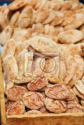 Brot auf einem traditionellen marokkanischen Markt in Essaouira, Marokko