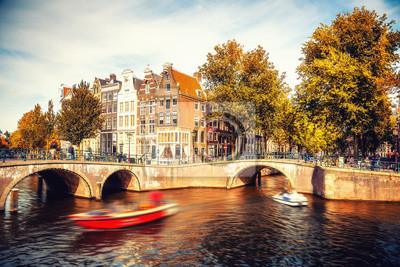 Brücken über Kanäle in Amsterdam im Herbst