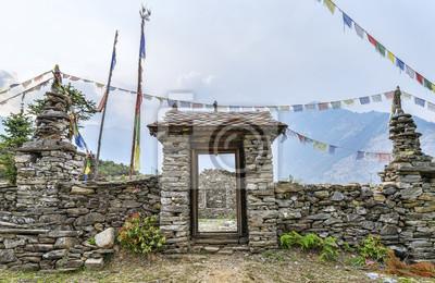 Buddhistische Stein Tor mit Gebetsfahnen