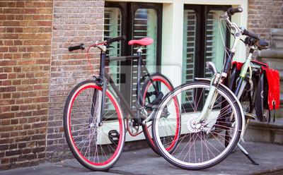 Bunte Fahrräder an der alten Straße in Amsterdam, Niederlande