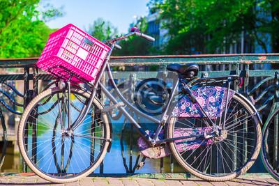 Bunte Fahrräder auf der Brücke in Amsterdam, Niederlande