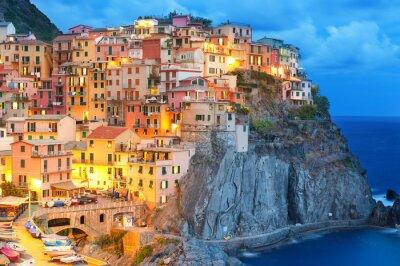 Poster Bunte Häuser in der Nacht in Manarola, Cinque Terre Italien.