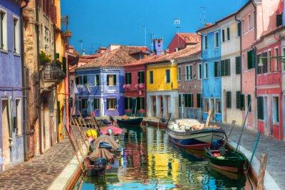 Bunte Häuser und Kanal auf der Insel Burano, in der Nähe von Venedig, Italien.