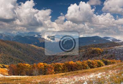 Bunte Herbstlandschaft in den Bergen. Zuerst November Schnee