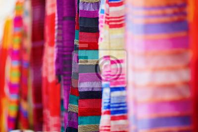 Bunte Stoffe und Teppiche zu verkaufen in Essaouira