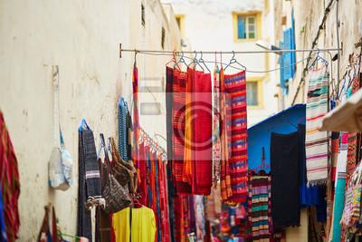 Bunte Stoffe und Teppiche zum Verkauf in Marokko