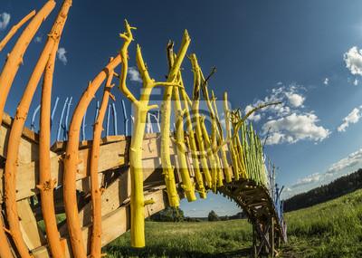 Bunter Regenbogen wie gemalte Holzbrücke