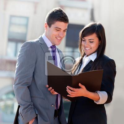 Business-Paar im Freien mit Dateien.