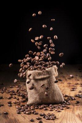 Poster Cascata di chicchi von caffè in sacco di iuta