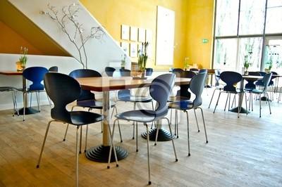Chaises et dans une pièce Tabelle avec fleurs