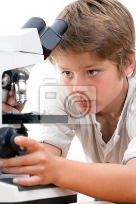 Close up Portrait der Junge mit Mikroskop.