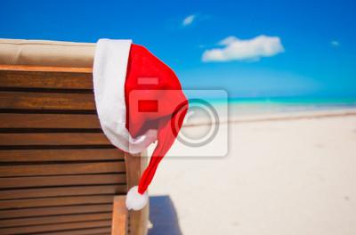 Close-up-santa Hut auf Stuhl longue auf tropischen karibischen Strand