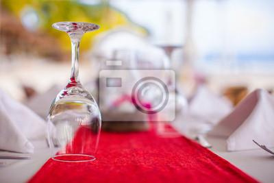 Close-up von Glas Wein auf den gedeckten Tisch für Bankett bei Sonnenuntergang