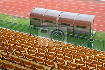 Coach und Reservebänke mit gelben Sitze im Fußballstadion