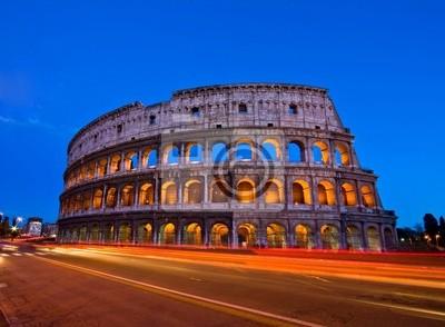 Colosseum in der Dämmerung von vor der Metro, Rom Italien.