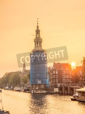 Constructed Uhrturm entlang des Kanals in Amsterdam mit Abendlicht Himmel und Reflexion