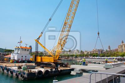 Crane arbeitet im Hafen von Barcelona.