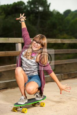 Cute Teenager-Mädchen Skateboarding.