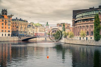 Damm und Parlamentsgebäude im zentralen Teil von Stockholm, Schweden.