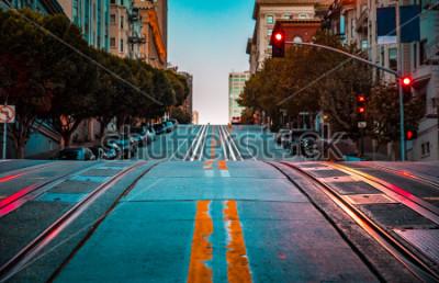 Poster Dämmerungsansicht des niedrigen Winkels einer leeren Straße mit den Drahtseilbahnbahnen, die einen steilen Hügel an der berühmten Kalifornien-Straße an der Dämmerung, San Francisco, Kalifornien, USA f